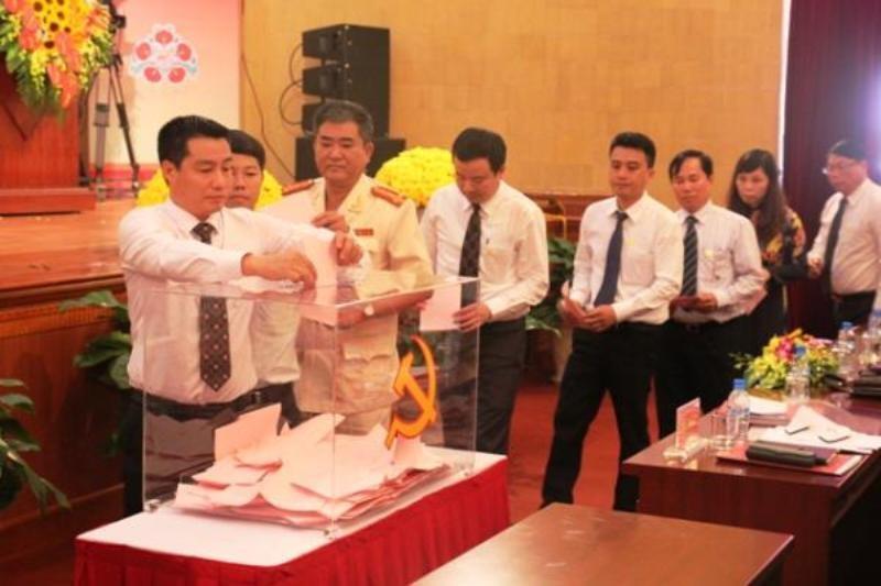 Các đại biểu bỏ phiều bầu BCH Đảng bộ thành phố Hải Phòng khóa mới