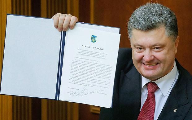 Ông Petro Poroshenko, Tổng thống thân phương Tây của Ukraine, trưng ra bản Hiệp định EU - Ukraine.