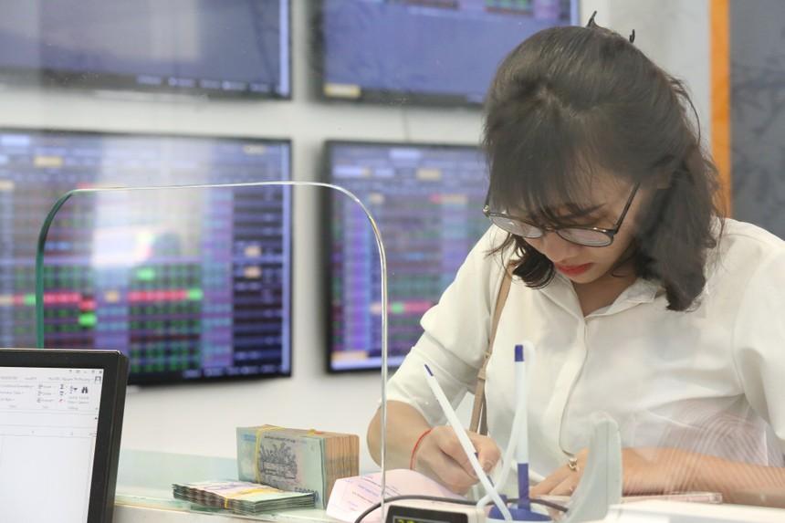 """VN-Index """"treo"""" hơn một tiếng, cả nhà đầu tư và nhà tạo lập thị trường kêu khó khi không thể hủy/sửa lệnh"""